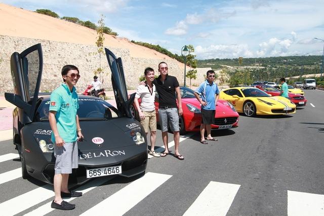 Không khó để nhận ra Cường Đô la, Minh Nhựa và Dương Kon, 3 tay chơi xe có tiếng trong tấm hình 1 lần tụ hội của Car and Passion này.