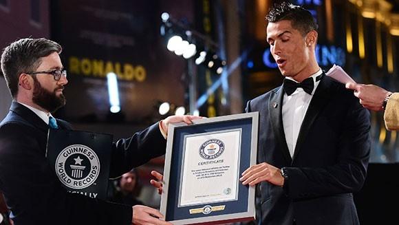 Ronaldo, Petr Cech ghi danh vao sach ky luc Guinness 2017 hinh anh 3