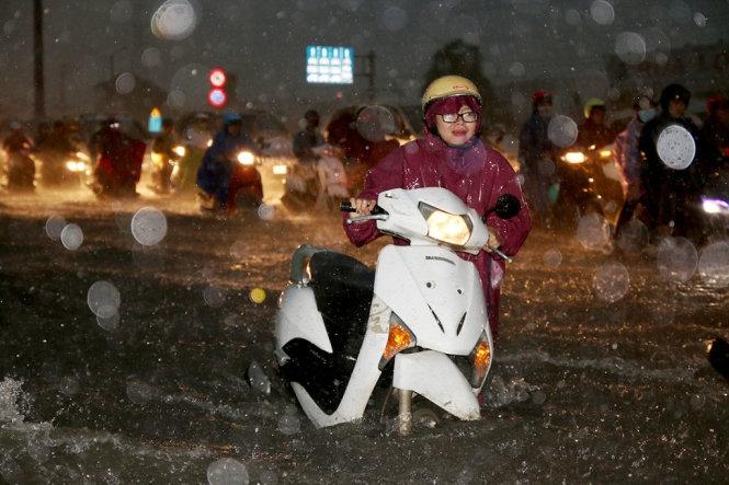 TP.HCM mưa kết hợp triều cường, đường ngập nặng