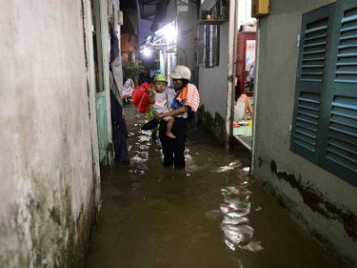 Đường phố Sài Gòn ngập nặng vì mưa lớn kết hợp đỉnh triều