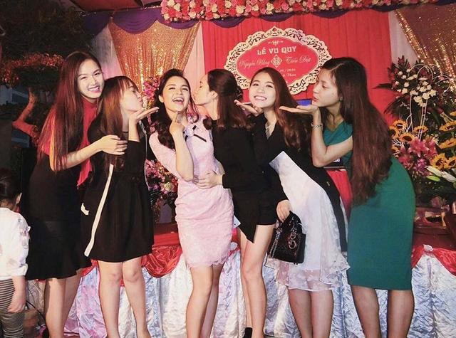 Nhật Lệ và Bùi Trang nhí nhảnh bên cô dâu mới