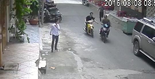 Một người đang sử dụng điện thoại bên lề đường thì bị cướp giật xảy ra vào tháng 8-2016, tại quận Tân Phú.