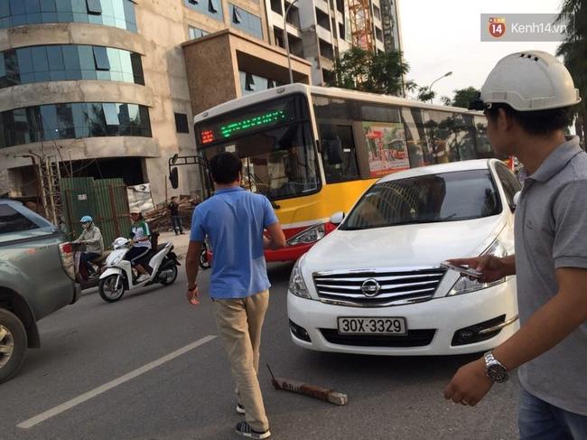 Hà Nội: Thanh sắt từ trên trời rơi xuống trúng ô tô, người phụ nữ tháo chạy ra ngoài - Ảnh 1.