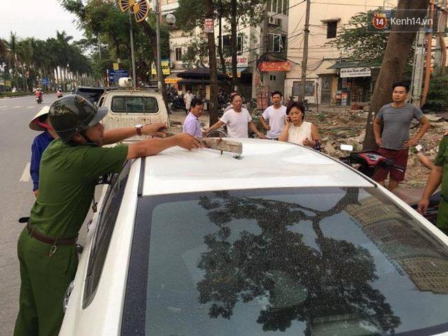 Hà Nội: Thanh sắt từ trên trời rơi xuống trúng ô tô, người phụ nữ tháo chạy ra ngoài - Ảnh 2.