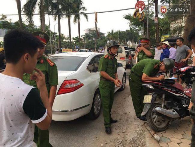 Hà Nội: Thanh sắt từ trên trời rơi xuống trúng ô tô, người phụ nữ tháo chạy ra ngoài - Ảnh 3.