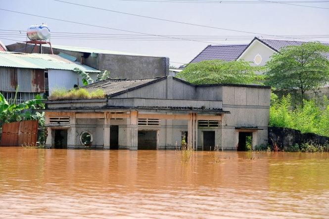 Lũ dâng ngang hông, hơn 2.200 học sinh Biên Hòa nghỉ học