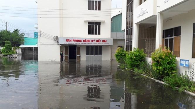 Sở Tài nguyên – Môi trường tỉnh Kiên Giang bị ngập sâu khiến hồ sơ của người dân