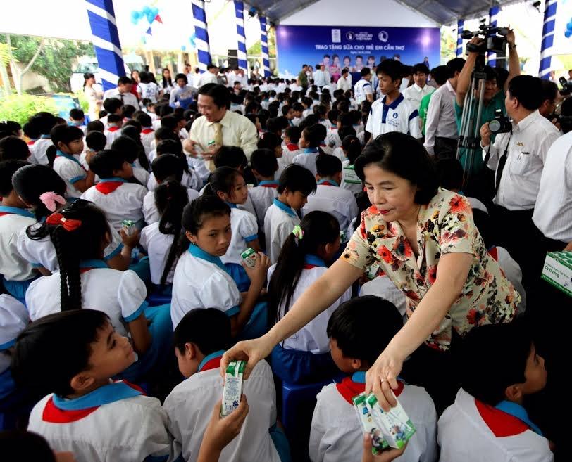 Quỹ sữa Vươn cao Việt Nam và Vinamilk trao tặng sữa cho trẻ em tại Cần Thơ