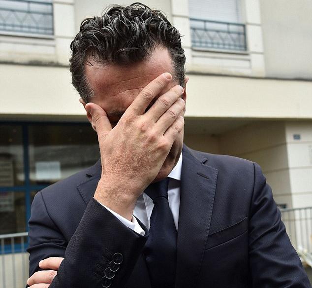 Thị trưởng Christophe Bechu bật khóc khi thị sát hiện trường (Ảnh: AFP)