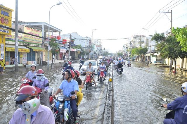 Triều cường gây ngập nặng trên đường Huỳnh Tấn Phát, quận 7 sáng 17/10