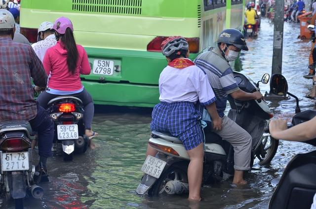 Do đường ngập vào giờ cao điểm khiến người dân đi làm, trẻ em đi học rất vất vả.