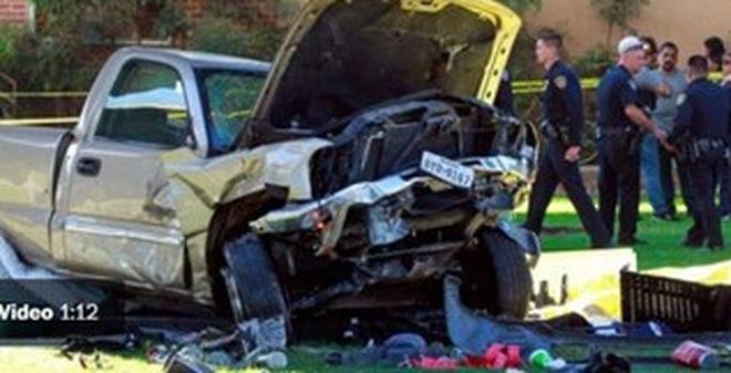 Xe tải 'từ trên trời' rơi xuống đám đông, 4 người chết thảm