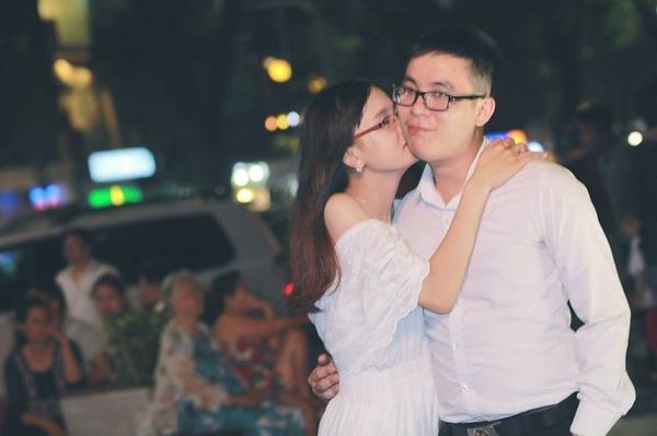 Chồng mổ chân, vợ không quản mỏi lưng ngồi làm chỗ tựa cho chồng