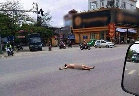 Chị gái hớ hênh tốc váy khi qua đường dù không mang nội y khiến dân tình sửng sốt - Ảnh 1.