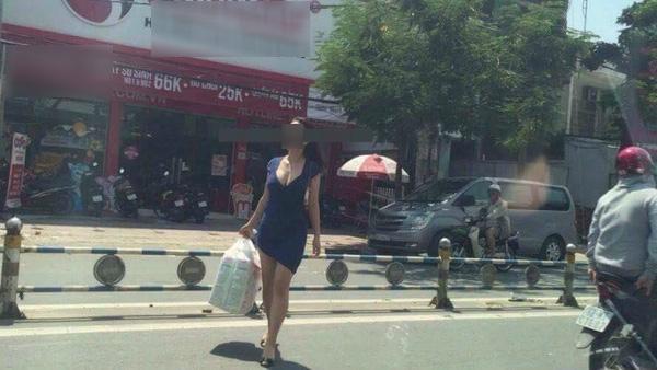 Chị gái hớ hênh tốc váy khi qua đường dù không mang nội y khiến dân tình sửng sốt - Ảnh 4.