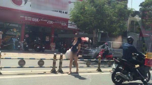 Chị gái hớ hênh tốc váy khi qua đường dù không mang nội y khiến dân tình sửng sốt - Ảnh 5.