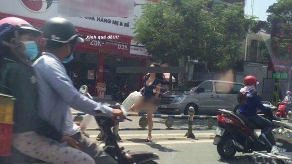 Chị gái hớ hênh tốc váy khi qua đường dù không mang nội y khiến dân tình sửng sốt - Ảnh 6.