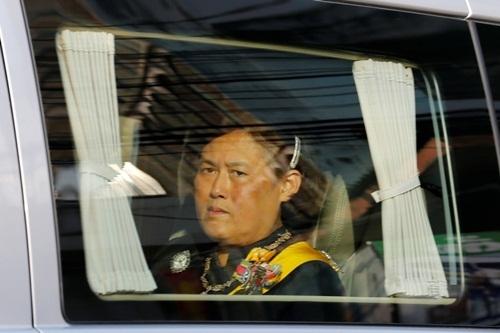 Công chúa Maha Chakri Sirindhorn trong đoàn xe rước linh cữu vua từ bệnh viện về Hoàng cung. Ảnh: Reuters