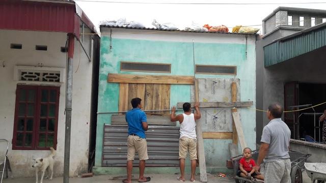 Người dân tại huyện đảo Cô Tô chằng chống nhà cửa (ảnh CTV)