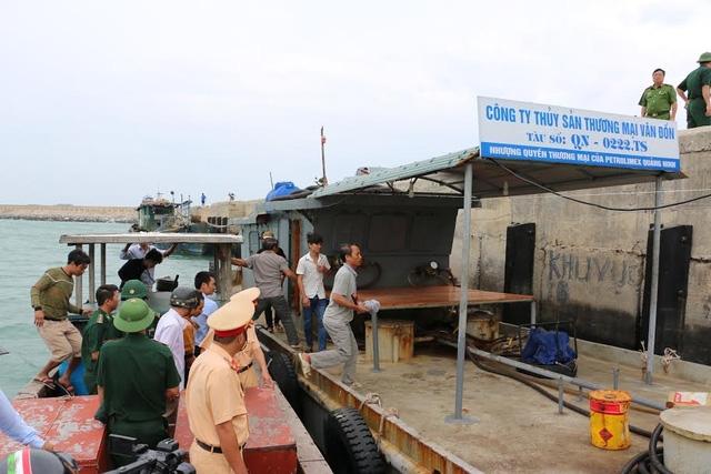 Chính quyền huyện đảo Cô Tô vận động đưa tàu thuyền neo đậu không đúng nơi về nơi tránh trú an toàn (ảnh CTV)