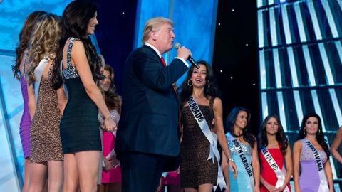 Donald Trump vo tu ra vao phong thay do Hoa hau