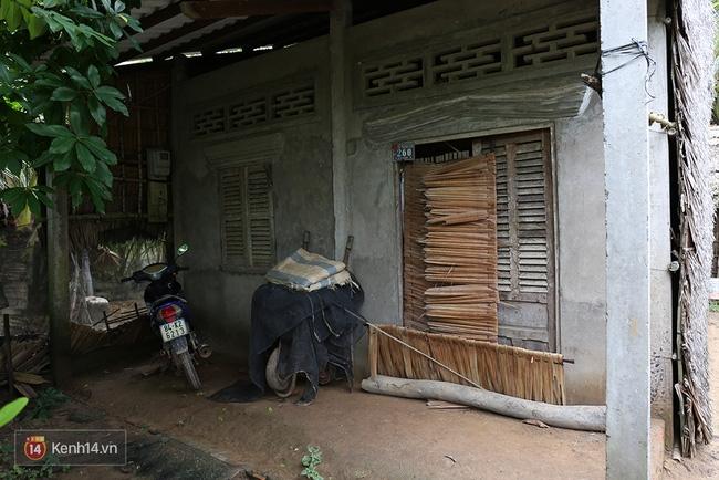 Trong căn nhà tuềnh toàng đến xác xơ của Tùng Sơn ở quê, bố mẹ đang lo lắng vì không liên lạc được với con - Ảnh 4.