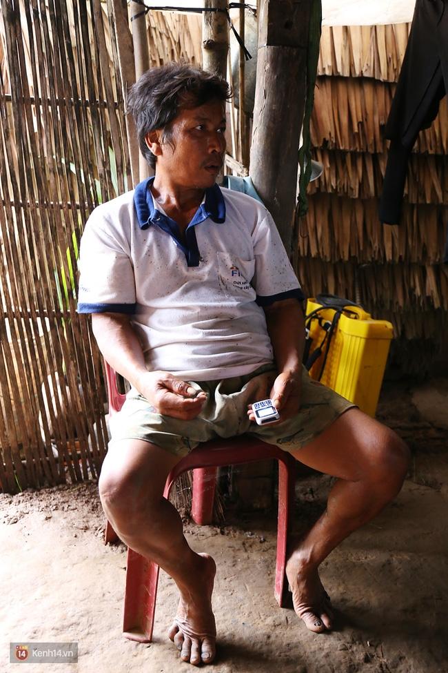 Trong căn nhà tuềnh toàng đến xác xơ của Tùng Sơn ở quê, bố mẹ đang lo lắng vì không liên lạc được với con - Ảnh 7.