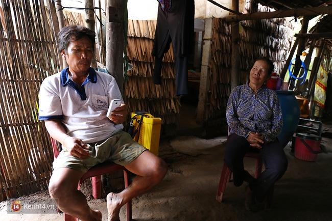 Trong căn nhà tuềnh toàng đến xác xơ của Tùng Sơn ở quê, bố mẹ đang lo lắng vì không liên lạc được với con - Ảnh 8.