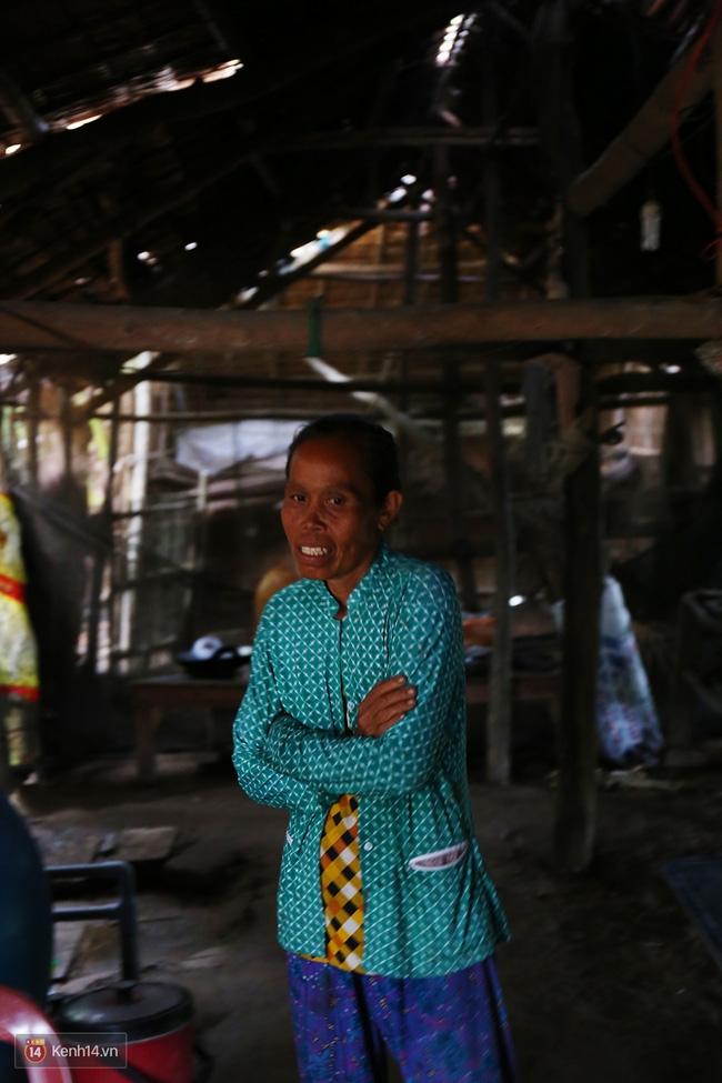 Trong căn nhà tuềnh toàng đến xác xơ của Tùng Sơn ở quê, bố mẹ đang lo lắng vì không liên lạc được với con - Ảnh 9.