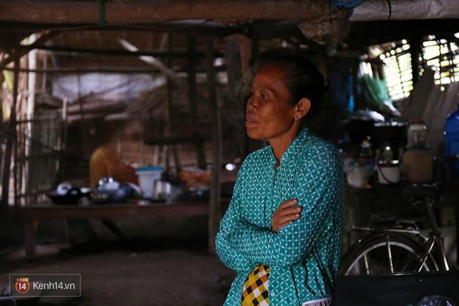 Trong căn nhà tuềnh toàng đến xác xơ của Tùng Sơn ở quê, bố mẹ đang lo lắng vì không liên lạc được với con - Ảnh 10.