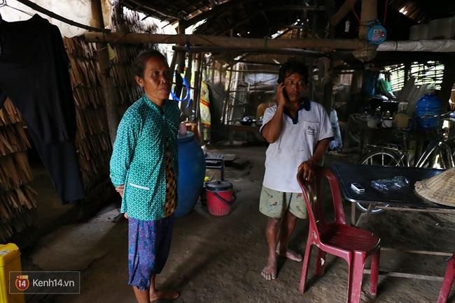 Trong căn nhà tuềnh toàng đến xác xơ của Tùng Sơn ở quê, bố mẹ đang lo lắng vì không liên lạc được với con - Ảnh 12.
