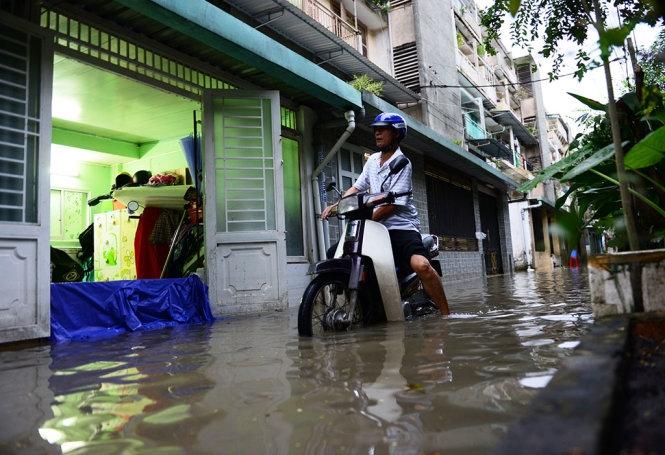 """Không mưa, người Sài Gòn vẫn """"be bờ"""" chống ngập"""