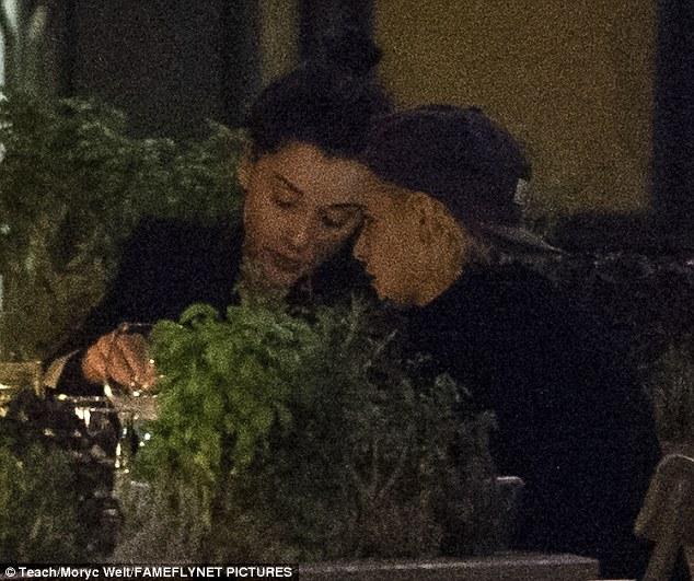 Kristen Stewart công khai hôn môi, nắm tay bạn gái cũ của Cara Delevingne - Ảnh 3.