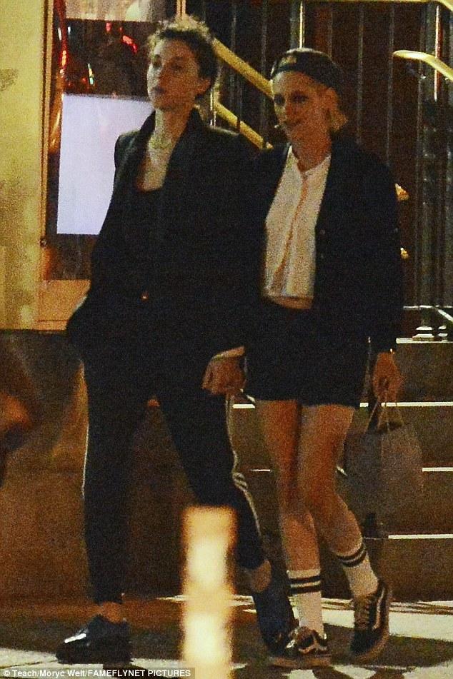 Kristen Stewart công khai hôn môi, nắm tay bạn gái cũ của Cara Delevingne - Ảnh 4.