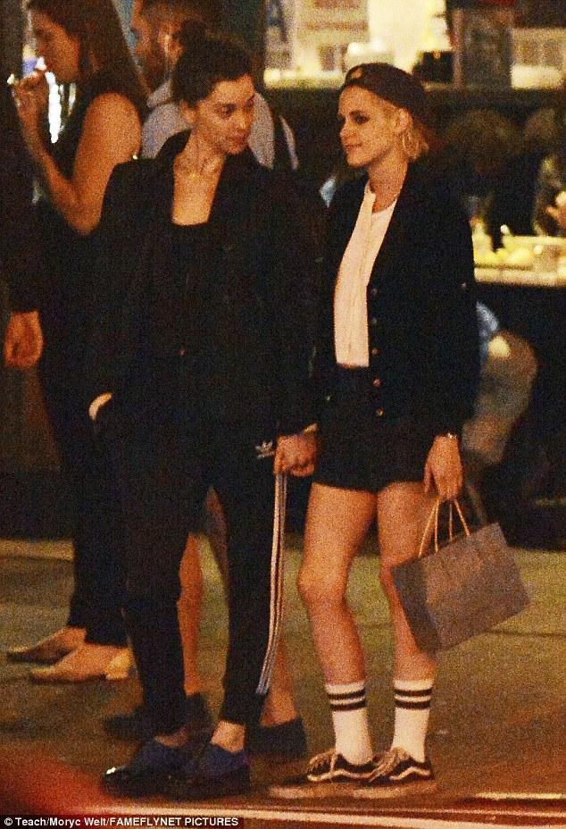 Kristen Stewart công khai hôn môi, nắm tay bạn gái cũ của Cara Delevingne - Ảnh 6.