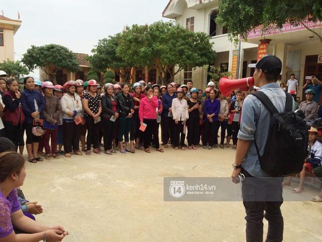 MC Phan Anh khi trao những phần quà đầu tiên: Mọi người thương con thì xếp hàng ngay ngắn vào ạ - Ảnh 5.