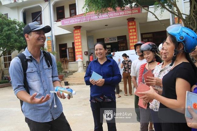 MC Phan Anh khi trao những phần quà đầu tiên: Mọi người thương con thì xếp hàng ngay ngắn vào ạ - Ảnh 6.