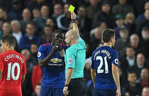 Bailly nhận thẻ vàng đầu tiên của trận đấu