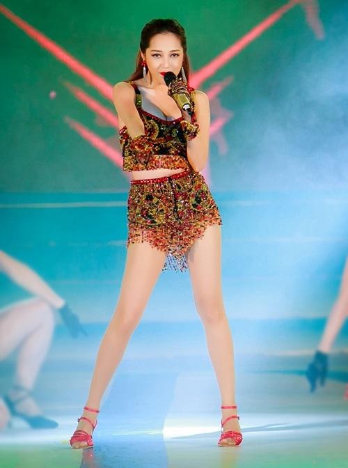 Ngắm bạn gái ăn vận cực sexy của Hồ Quang Hiếu - 1