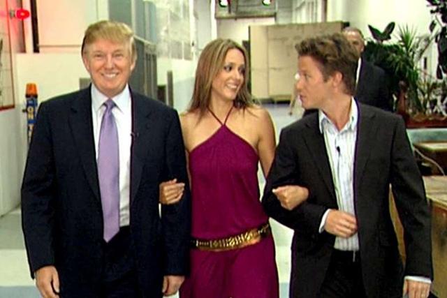 Billy Bush (ngoài cùng bên phải) xuất hiện cùng tỷ phú Donald Trump (ngoài cùng bên trái) và nữ diễn viên Arianne Zucker trong đoạn video gây sốc được quay từ năm 2005 (Ảnh: Washington Post)