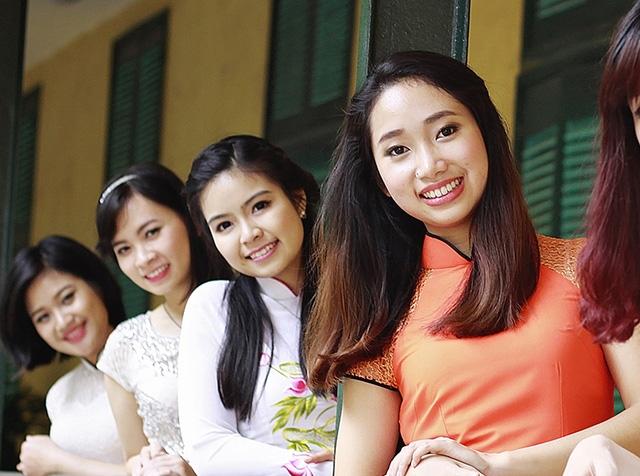 Nguyễn Phương Thảo (áo cam) và bạn bè.