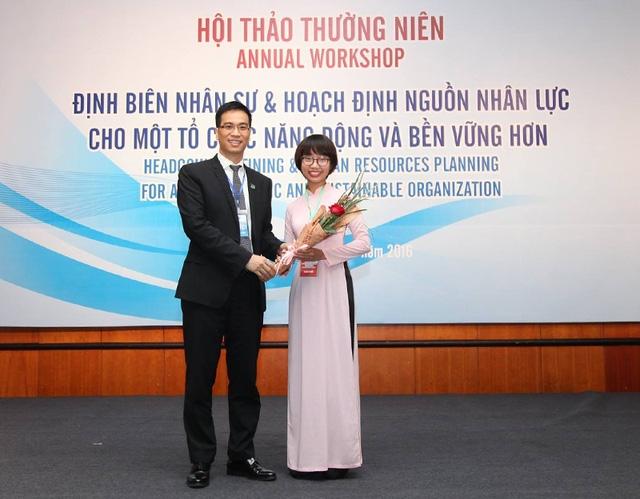 Thảo nhận hoa từ Hiệp hội nhân sự Việt Nam nhân sự kiện chiến thắng cuộc thi viết luận