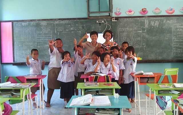 Phương Thảo và lớp học của em tại Thái Lan khi tham gia công tác dạy học tình nguyện.