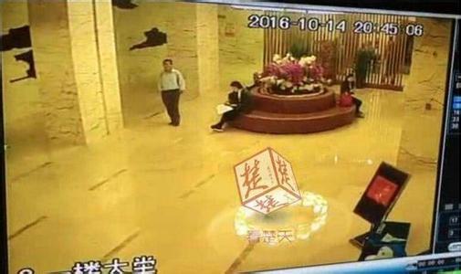 Rụng tim vì phát hiện... 1 bàn chân dưới đệm khi thuê khách sạn - Ảnh 2.