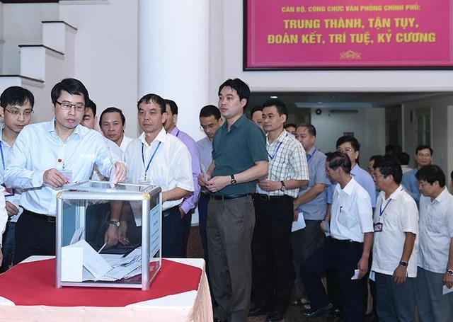 Cán bộ, chuyên viên công tác tại Chính phủ hưởng ứng phát động của Thủ tướng, cùng đóng góp ủng hộ đồng bào miền Trung.