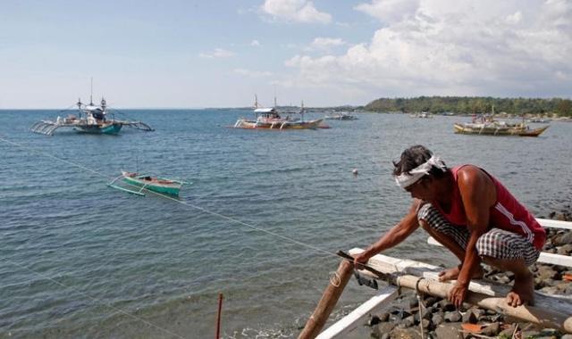 Ngư dân Philippines thường xuyên bị phía Trung Quốc cản trở khi tiếp cận bãi cạn Scarborough (Ảnh: Reuters)