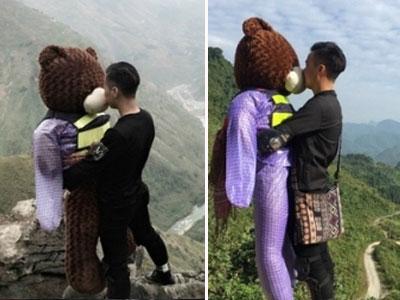 Chàng trai đưa gấu bông