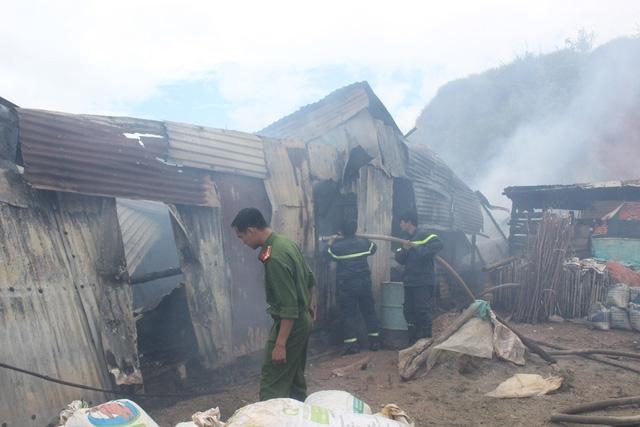 Lực lượng chức năng đang khống chế đám cháy