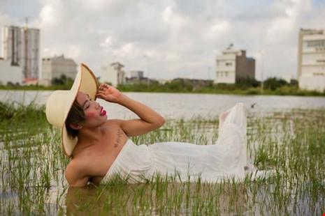 Tùng Sơn nổi lên như một hiện tượng mạng trong hình ảnh công chúa Thủy Tề sau trận ngập ở TP.HCM vừa qua. Ảnh: TƯ LIỆU