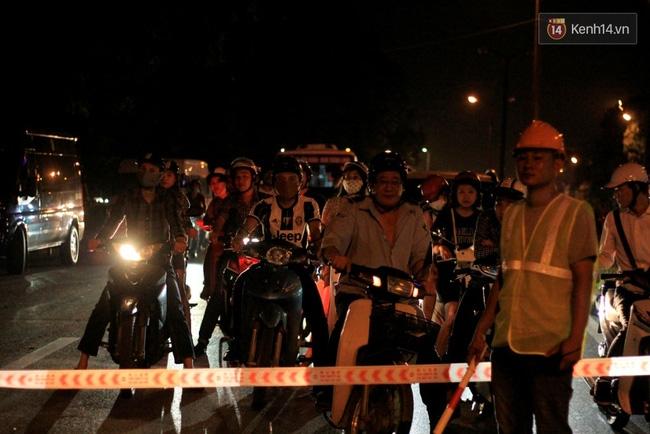 Công nhân trắng đêm di dời hàng cây xà cừ trên đường Kim Mã - Ảnh 12.